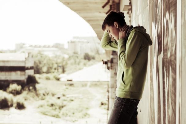 Deprimerad och svag tonåring under en bro
