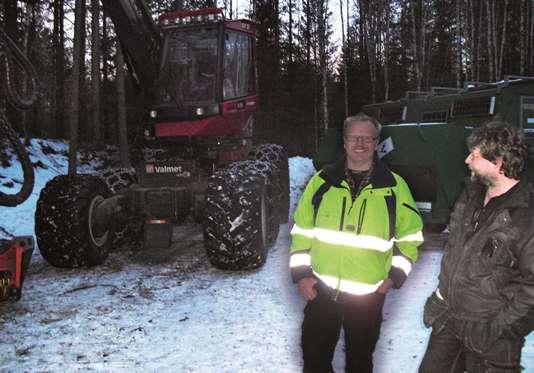 Skogsmaskinföraren Åke i samspråk med Annelies sambo Ulf.