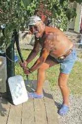 Skönt att leva elfritt - Handdriven vattenpump fungerar också.