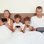 Regeringen spelar med folkhälsan - familj sitter trollbundna framför sina skärmar.