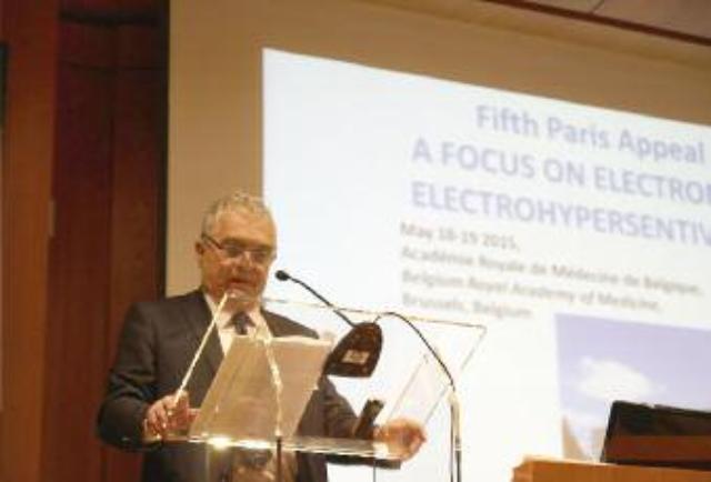 Professor Dominique Belpomme föreläser.